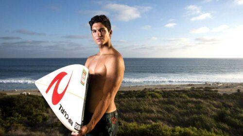 Gabriel Medina com super volume na malha de surf.