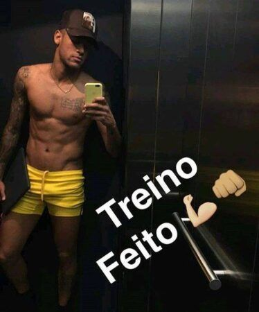 Jogador neymar exibe volume no shorts