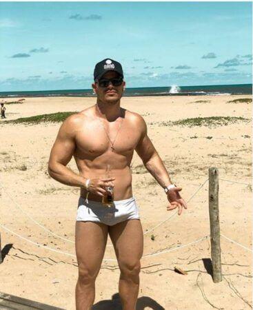 JP Gadêlha só de sunga na praia