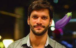 Armando Babaioff pelado em cenas quentes e fotos