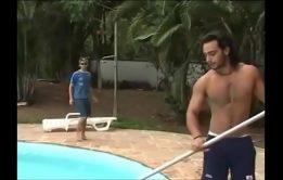 Sexo na piscina com rico gay que adora um novinho