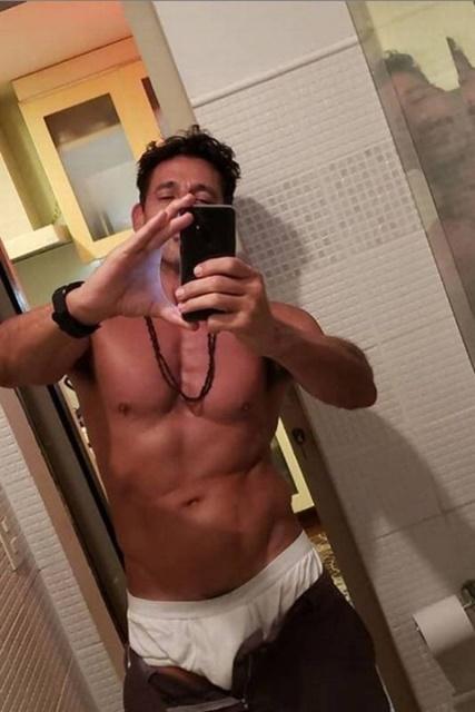 fotos-sensual-do-ator-tuca-andrada-pelado-bananas-famosass