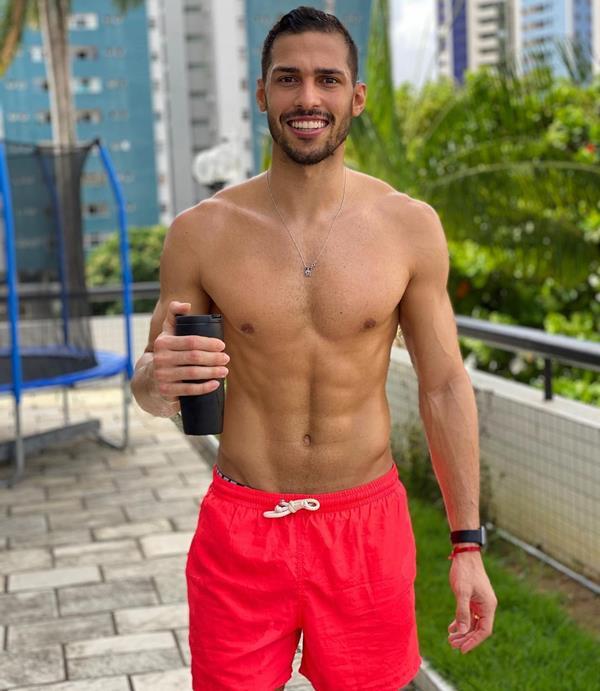 Ex-BBB Antônio vaza fotos do irmão gêmeo completamente nu