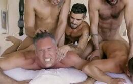 Orgia gostosa coroa transando com os homens pelados na putaria
