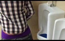 Sexo amador gay no banheirão com roludo