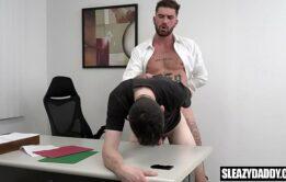 Novinho amador fazendo sexo gay com seu chefe