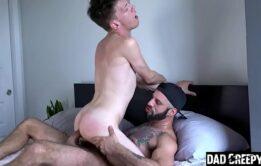 Novinho fazendo um bom sexo gay com o colega da faculdade