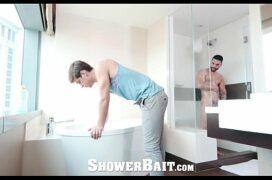 Em frente ao espelho aconteceu o porno gay no banheiro