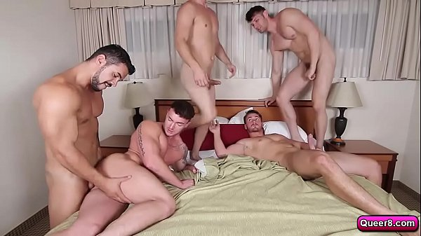 Ladrões e policiais se juntaram pra curtirem uma orgia gay