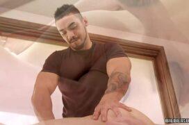 Massagem erótica gay do massagista fodendo seu cliente novinho