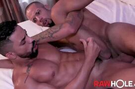 Moreno e mulato no motel de luxo curtindo o sexo gay amador