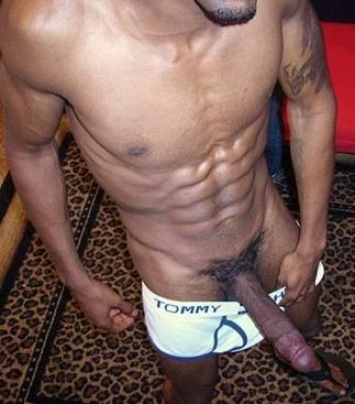 negro-roludo-mostrando-o-penis