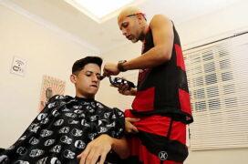 Pênis duro sarrando no braço do cliente no cabeleireiro