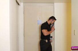 Policiais gays com mandado de busca fazendo boquete gostoso