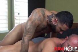 Sexo gay apertando o penis duro com seu ânus sem cima da piroca