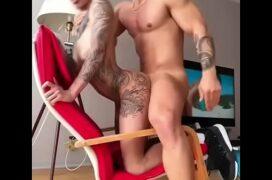 Sexo gay latino do magrinho tatuado cavalgando gostoso no pau