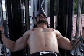 Sexo gay na academia rolando uma orgia quente durante o treino