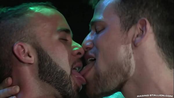 Suruba gostosa com três homens gays se pegando no vestiário