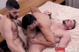 Suruba no motel no sexo gay entre três machos safados