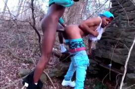Sexo gay do negão dotado da Nigéria fodendo cu magro na floresta