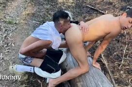 Funkeiro ganhando um delicioso boquete gay no parque