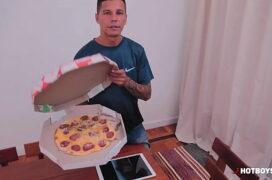 Gay tomando no cu ao reclamar da pizza pro entregador