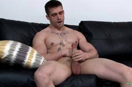 Homem gay musculoso sozinho batendo uma punheta