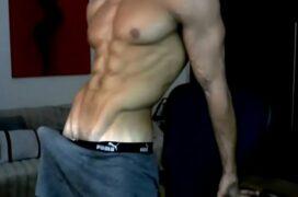 Moreno dotado na webcam exibindo seu pau grande